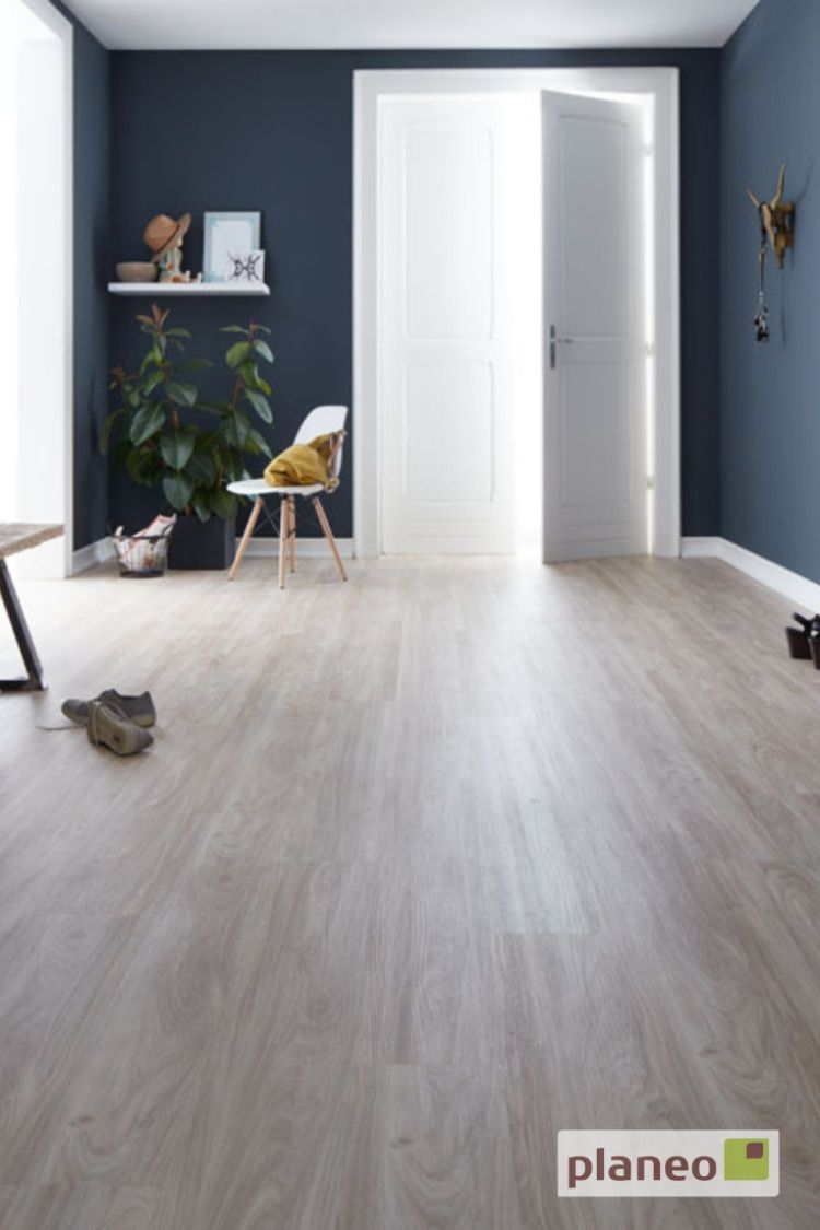 Klick Vinyl Landhausdiele In Angenehm Warmer Eichenoptik Kombiniert Mit Dunkelblauer Wandfarbe Einfach Kostenlose Vinylboden Bodengestaltung Wohnzimmer Boden