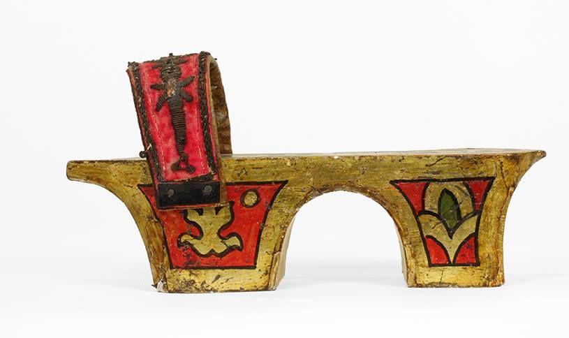 # Bsmshoeoftheday zuecos de madera pintada en oro, verde y rojo con 2 zancos, banda empeine de terciopelo rojo, bordado con hilo de oro. Túnez, del siglo 19.