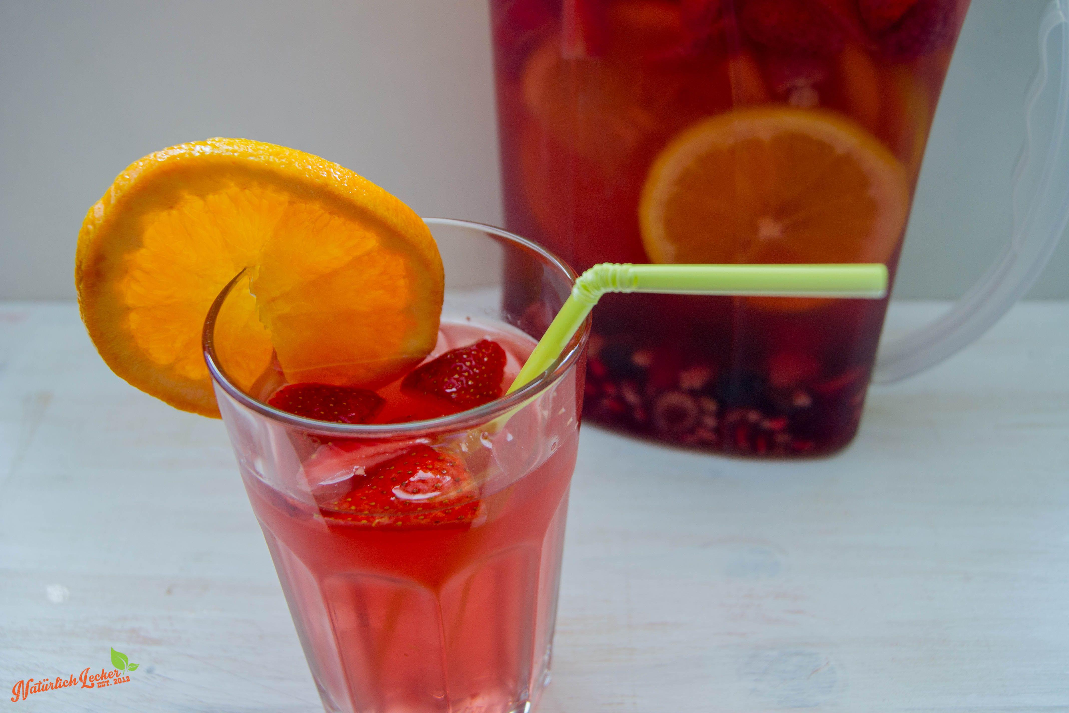 flavored Water - Idee zum mehr Wasser trinken Hier seht ihr leckeres Wasser aromatisiert mi vielen leckeren Früchten. Das flavored Water soll euch animieren mehr Wasser zu trinken.