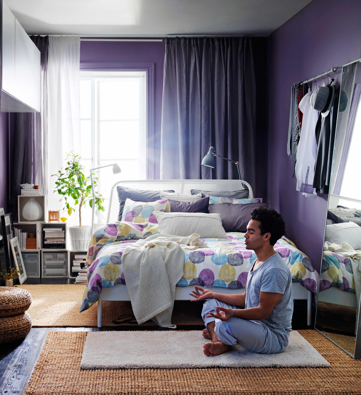IKEA Österreich, Inspiration, Textilien, Lila, Punkte, Schlafzimmer,  Bettgestell DUKEN, Leuchte ARÖD, Teppich ÅDUM, Bettwäscheset MALIN RUND, ...
