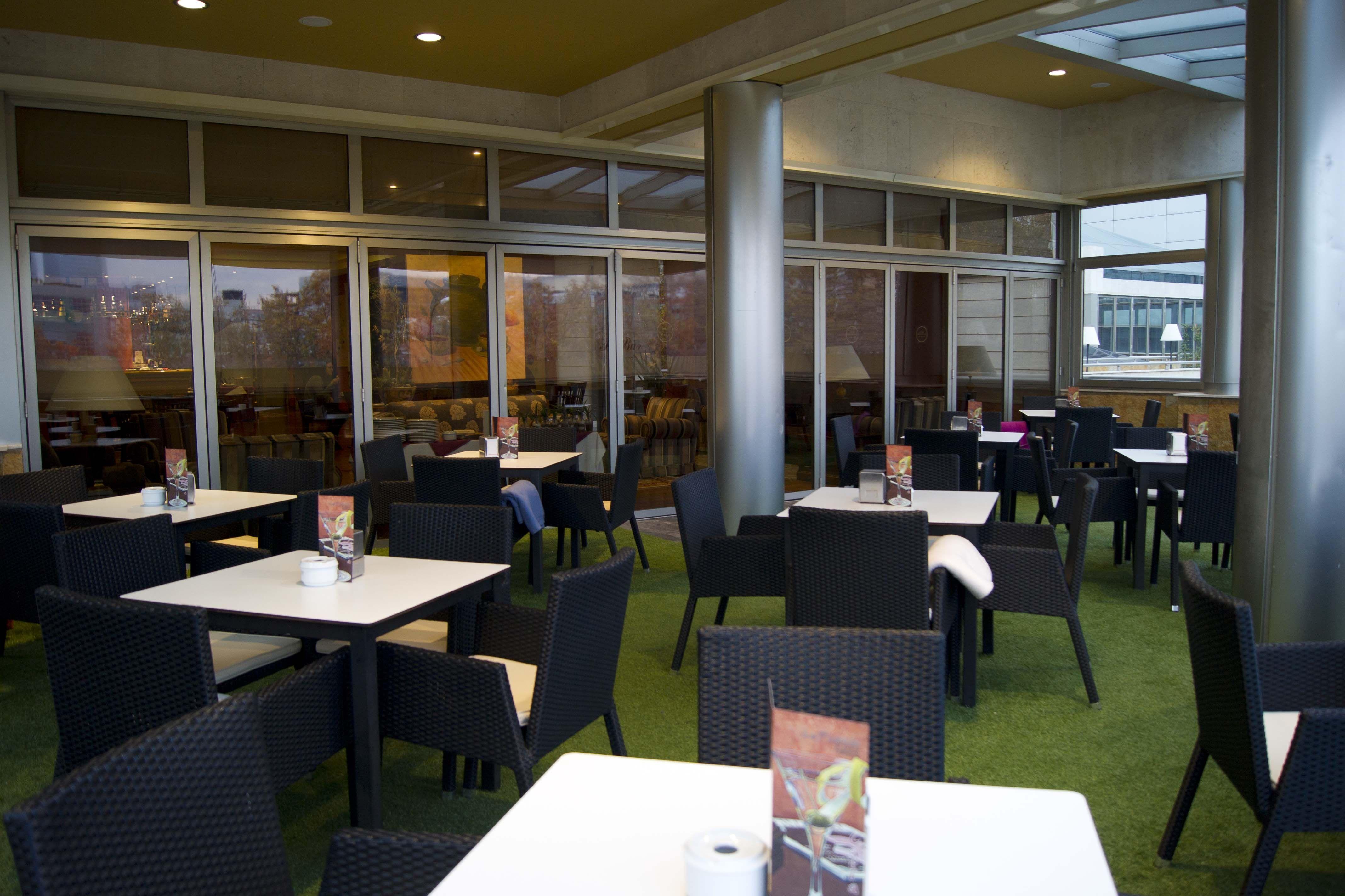 Terraza Climatizada Para Fumadores En La Cafeteria Del Hotel Villamadrid Terraza Al Aire Libre Terrazas Chill Out Cocinas De Restaurantes