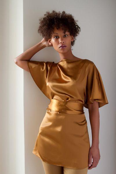 Diese Tunika in warmen Cognac Farben  schafft sich unwiderstehlich Präsenz im Raum. Sie fällt weich auf Hals und Schultern und wird um die Taille g...