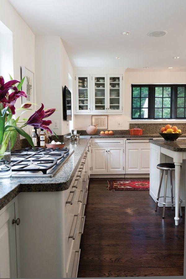 Me encantan los muebles blancos en esta cocina amplia, tirones ...