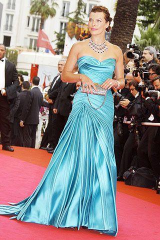 Milla Jovovich in a stunning Versace gown at the Cannes Film Festival, 2008con escote corazón de la firma Versace.