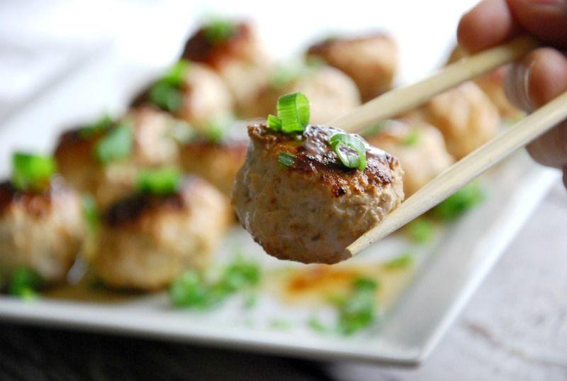 Boulettes de viande de poulet asiatiques paléo avec glaçage teriyaki