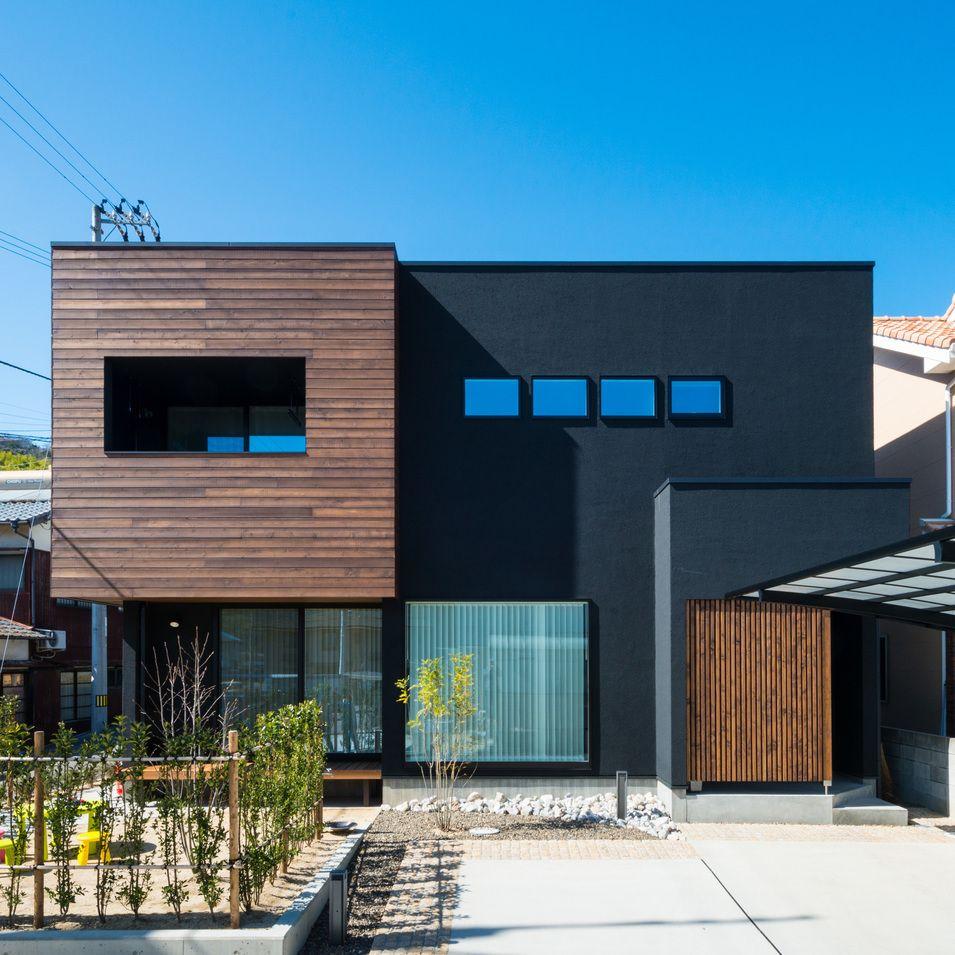 ローズウッド色に仕上げた外壁が 黒の塗り壁によく映えます