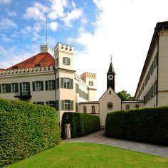Schloss Possenhofen - hier verbrachte Sisi als junges Mädchen die Sommerferien. Das Schloss ist in Privatbesitz, aber der Schlosspark ist offen für alle und lädt zum Spazierengehen ein.