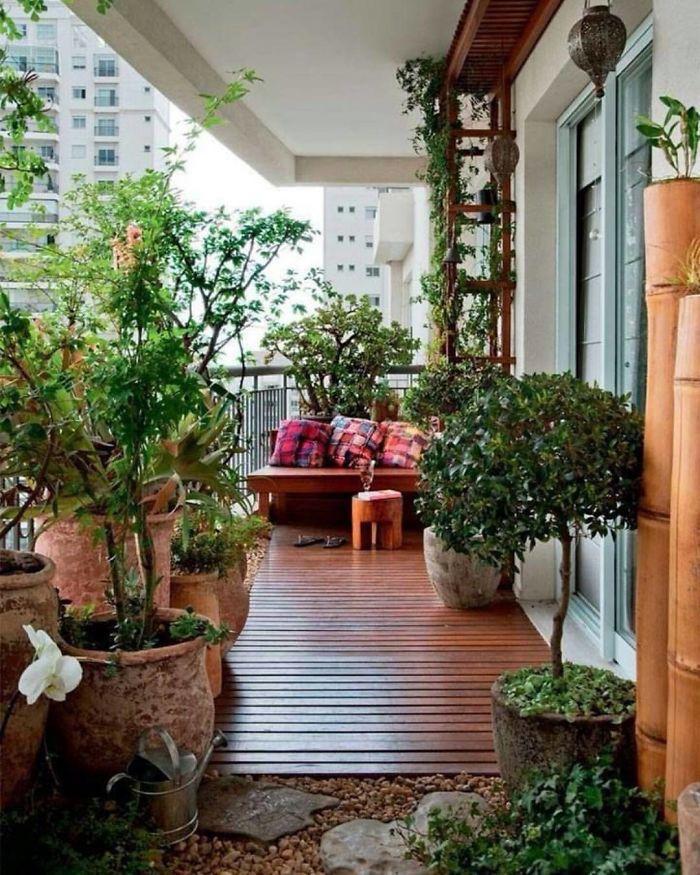 Idee deco terrasse appartement sur sol en bois jardiniere vintage pour balcon