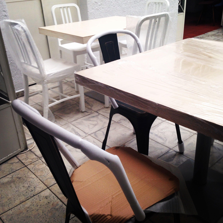 Muestra de Mobiliario. Mesas sobre Diseño y Sillas Replica Tolix y ...