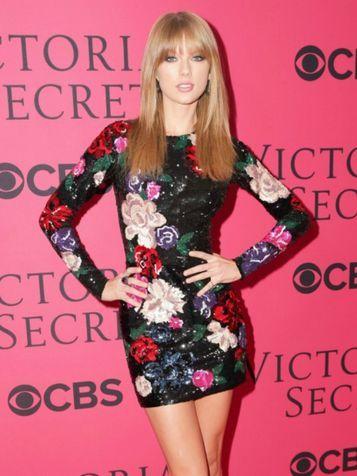 Una sexy Taylor Swift in minidress fiorato
