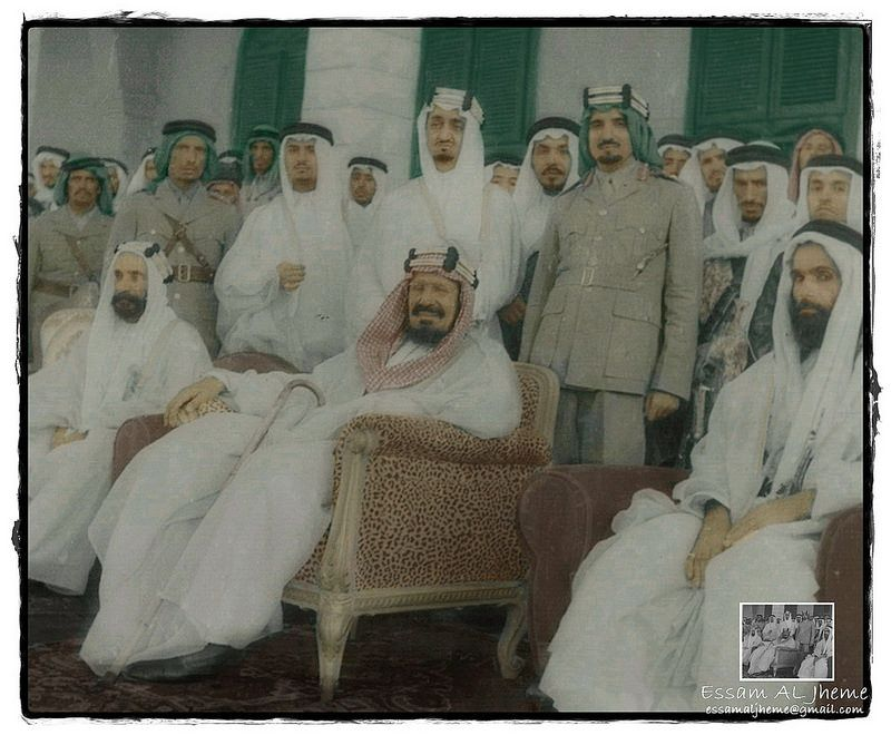 الملك عبدالعزيز آل سعود ويقف خلفه الامير منصور بن عبدالعزيز والملك فيصل بن عبدالعزيز Saudi Arabia Culture Rare Pictures King Faisal