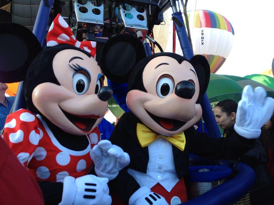 Mickey y Minnie a punto de despegar en el globo más feliz de la tierra en el Festival Internacional del Globo en #León #ViveFIG #ladodisney #disneyside