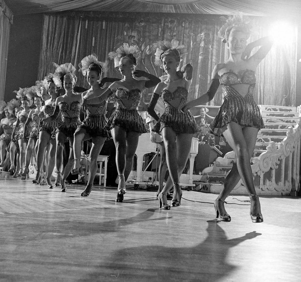 Chorus+Girls+at+the+Latin+Quarter,+New+York,+1949+(2).jpg