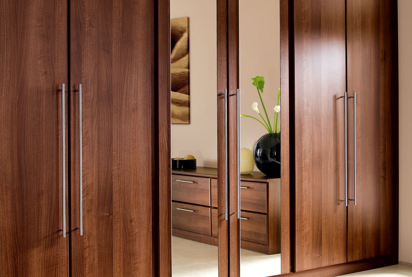 Mirror wardrobe doors are a wonderful feature of the for Bedroom ideas with built in wardrobes