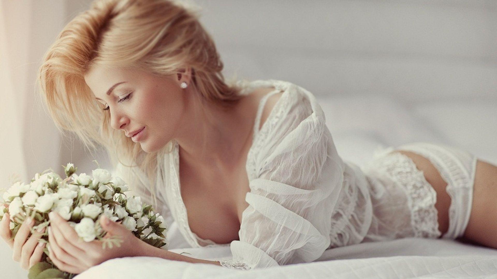 нежные образы для девушек на фотосессию в домашних условиях Обои девушка, нежность, блондинка в белом на рабочий с… | Невеста, Женщина, Платья с цветами для девочек