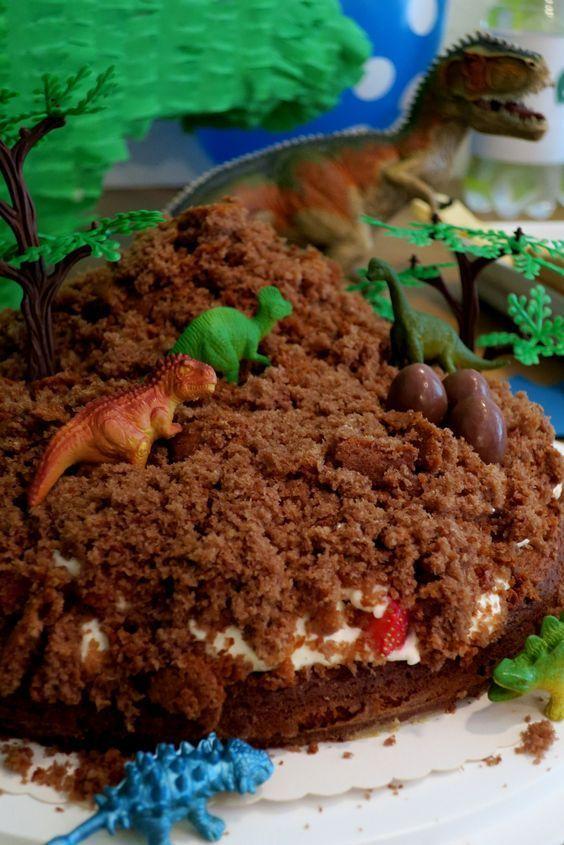 Maulwurfkuchen mit Erdbeeren, Dino-Party, Kindergeburtstag #childrenpartyfoods