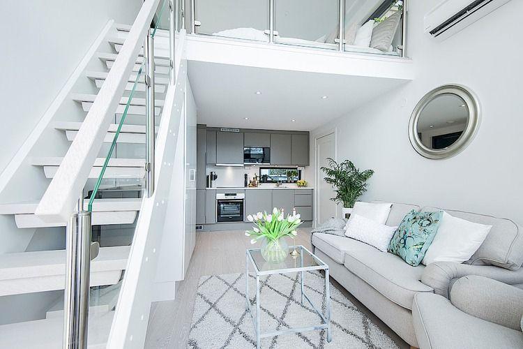 Weiße Schattierungen, Chrom und Glas in der schicken Kleinwohnung