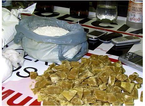 Trio é preso com 1,6 Kg de cocaína em bairro de Passos.http://www.passosmgonline.com/index.php/2014-01-22-23-07-47/policia/2963-trio-e-preso-com-1-6-kg-de-cocaina-em-bairro-de-passos