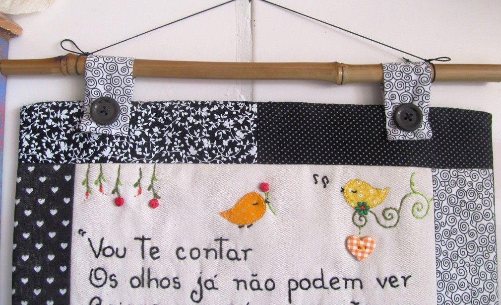 *MODELO EXCLUSIVO ARTE E OFÍCIO ATELIÊ*    Confeccionado em tecido 100% algodão e estruturado com manta acrílica.  As frases são bordadas a mão e os detalhes são escolhidos no momento da criação, de acordo com a frase, estampa e cores do tecido.