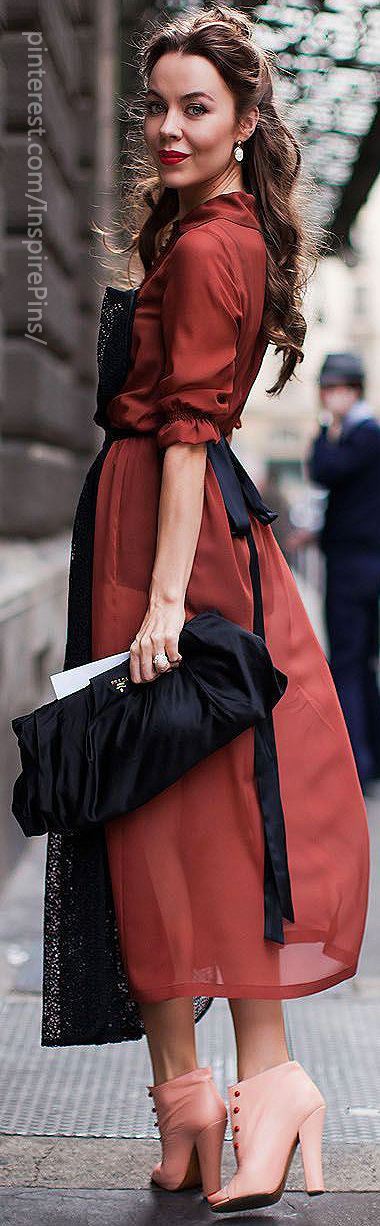 Great dress and Prada clutch, but the shoe color throws the whole look.