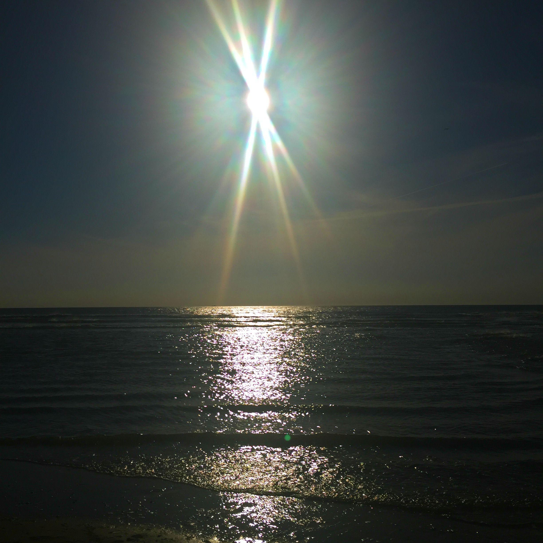 Weet je nog die ene dag? De dag dat de zon met haar stralen en haar lach men enorm heeft verblijd met haar schitterende aanwezigheid Met haar warmte en haar goudgele gloed schepte ze een heerlijk d…