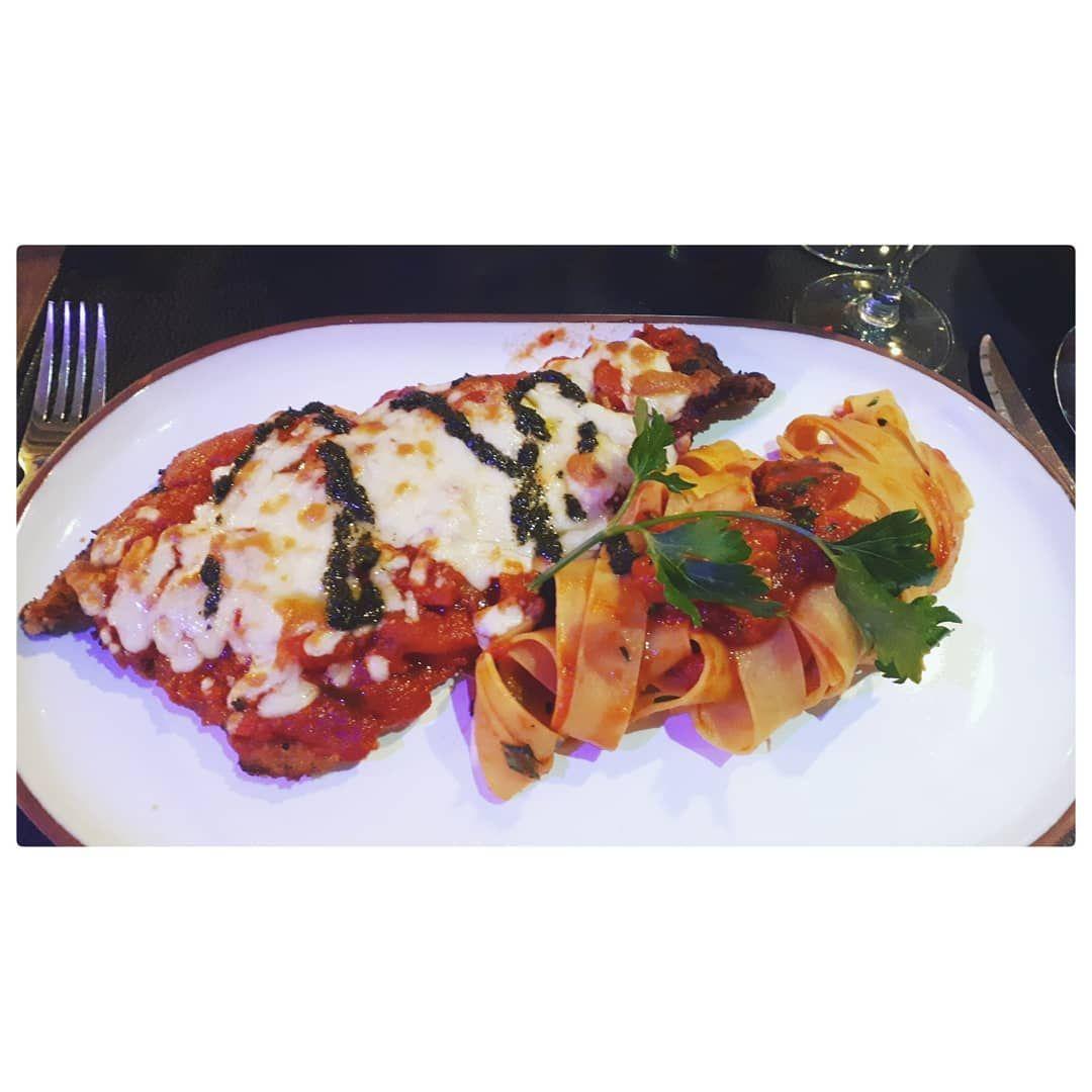 Petit resto à l'Impasto 🇮🇹🙂 • Plat : Escalope la parmigiana (couverte d'aubergines et gratinée à la mozzarella, servie sur une compotée de tomates) 🖤 .