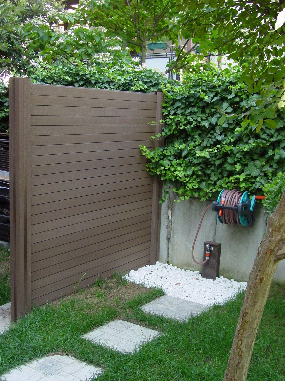 pequea valla de madera sintetica utilizada para separar la zona del jardin con el parling