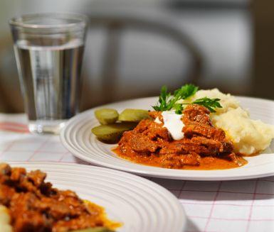 Biff stroganoff är en härlig variant på den mer vanliga stroganoffen med korv. Med nötbog till biffen, crème fraiche till såsen och en smaksättning av bland annat vitlök, paprika, tomatpuré och dijonsenap får du en rustik gryta med krämig känsla.