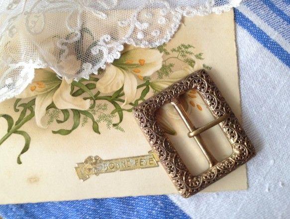 英国ヴィクトリア時代(1837年-1901年)に作られたメタル製のベルトのバックルです。いぶしたようなゴールドの輝きと、フィリグリーと呼ばれる細やかな透かし模...|ハンドメイド、手作り、手仕事品の通販・販売・購入ならCreema。
