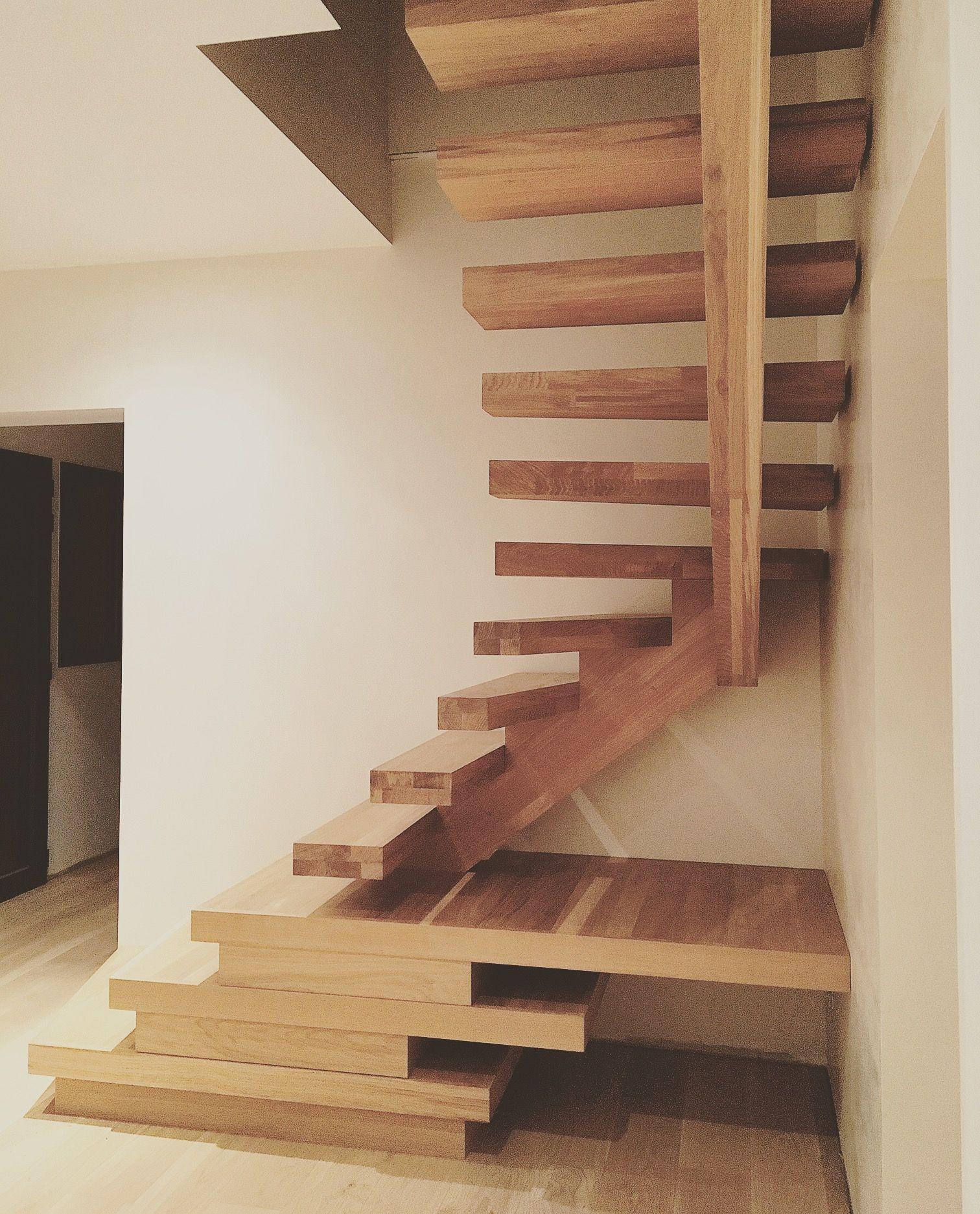 Bel escalier d\'architecte en bois massif et très original avec son ...