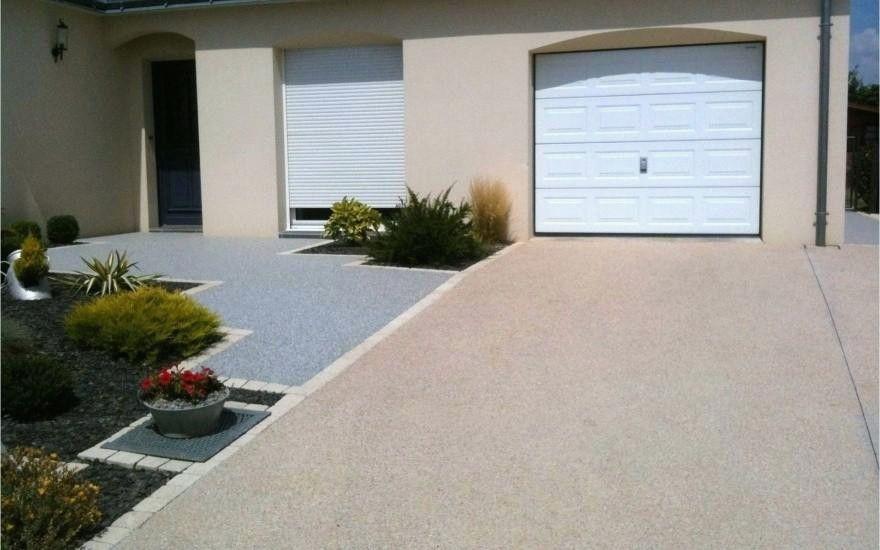 Entree De Garage En Beton Entree De Maison Exterieur Amenagement Jardin Devant Maison Amenagement Cour