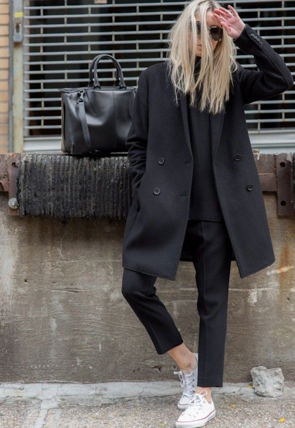 Look effortless chic avec un manteau noir à double