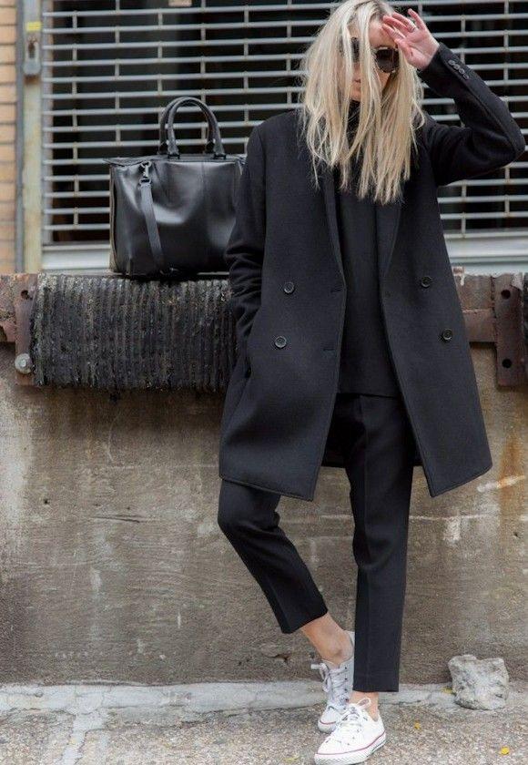 Look effortless chic avec un manteau noir à double boutonnage et des  Converse blanches outfit converse look
