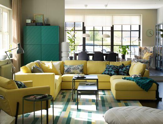 """Grande divano giallo a """"U"""" al centro di un open space con soggiorno ..."""