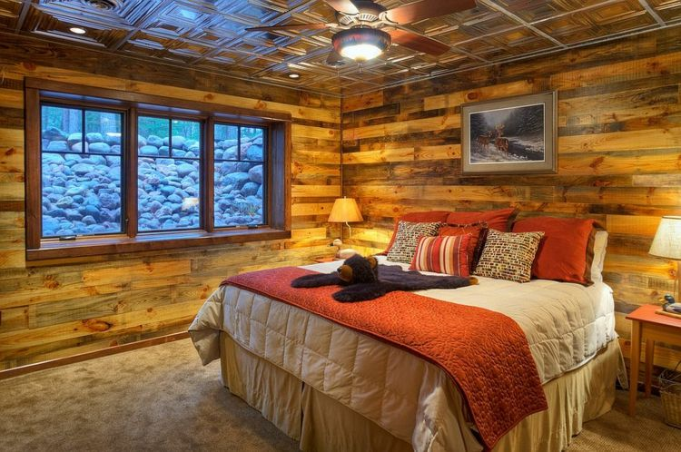 Herrliche Deko Idee Schlafzimmer   Holzwand Wände Zimmerdecke In Holz  Verkleidet Komfortables Bett Schöne Farben