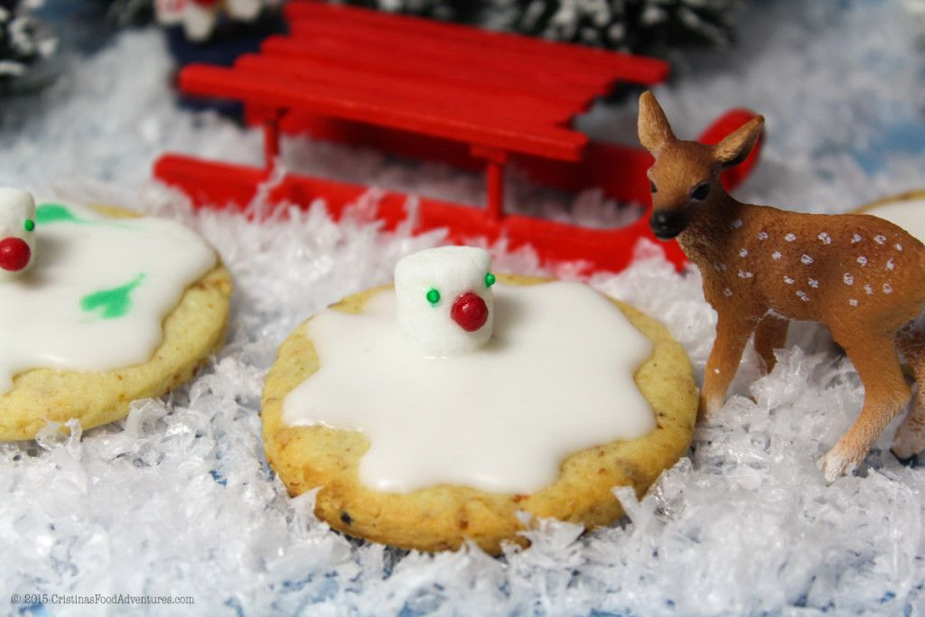 Delicious #Christmas butter cookies with a fragrance of orange , raisins and vanilla  covered with royal icing and marshmellows. #plaetzchen #kekse #christmas