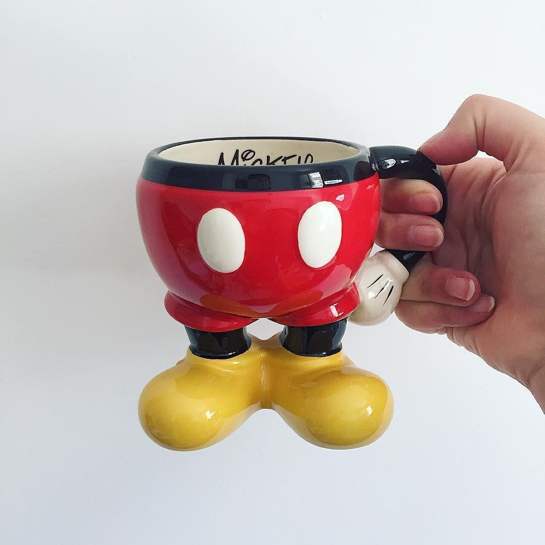 Nenhum café é melhor do que o café que vem num 1/2 Mickey.  Lembrando que Mr. Mouse é alto contraste por isso ele fica ótimo nesse look vermelho vivo com amarelão.  #CaféComMickey #Curiosidades