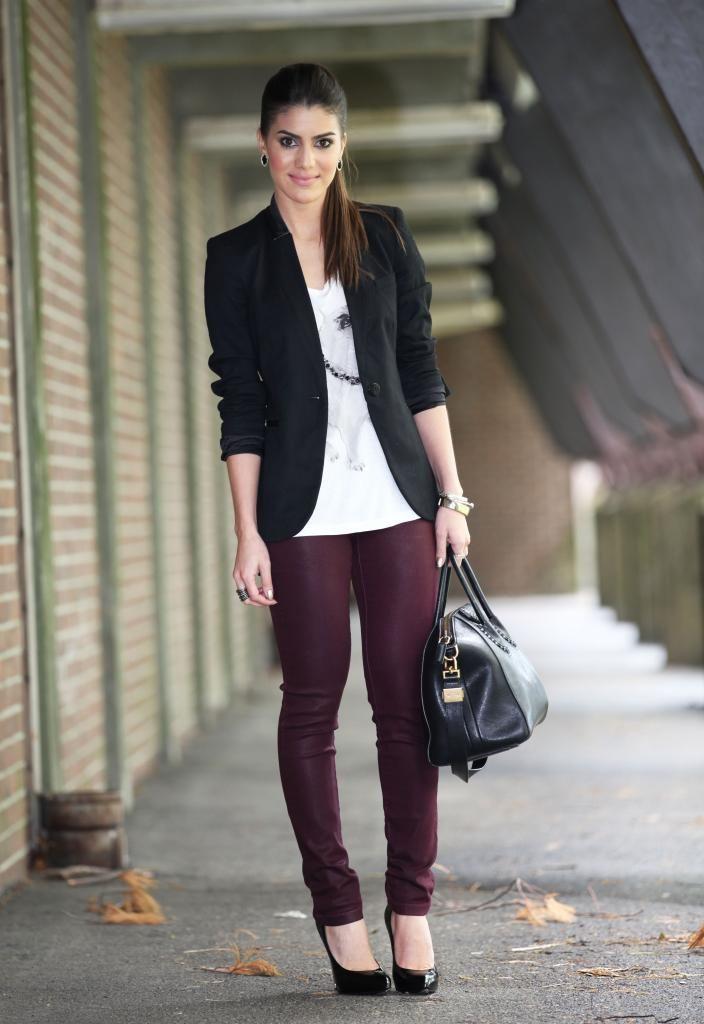 Calças cor de vinho + camisa branca e preta | Calças cor de