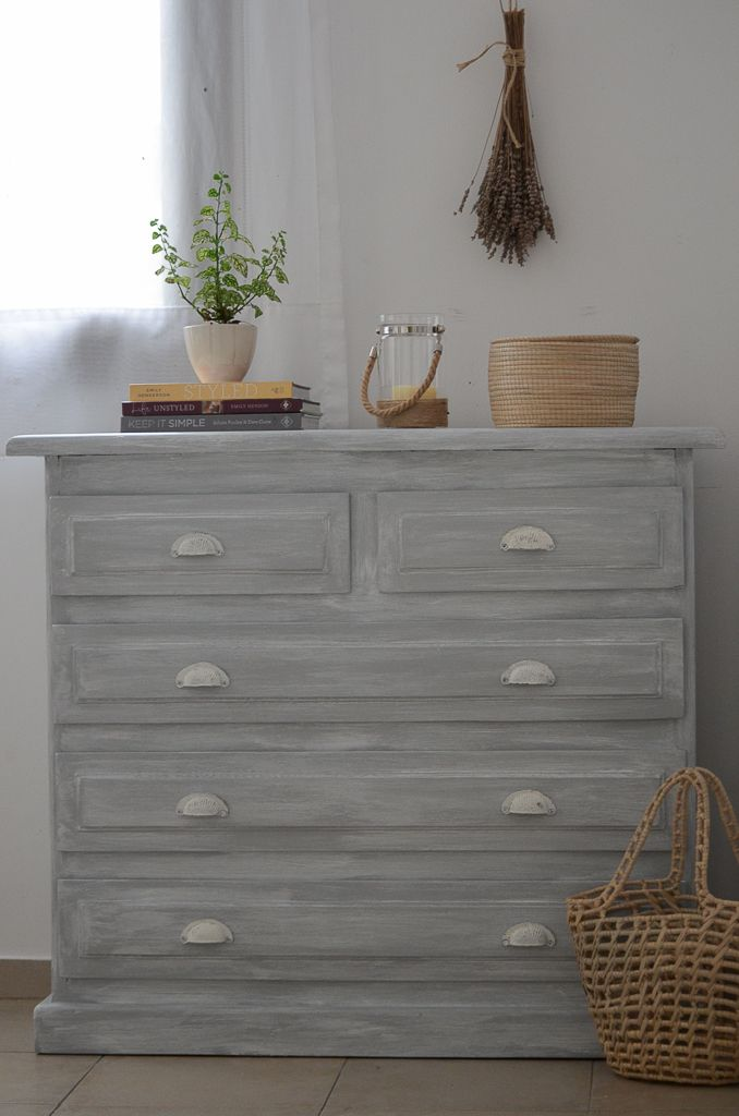 Transformar un dormitorio con muebles de algarrobo con una suave pátina gris