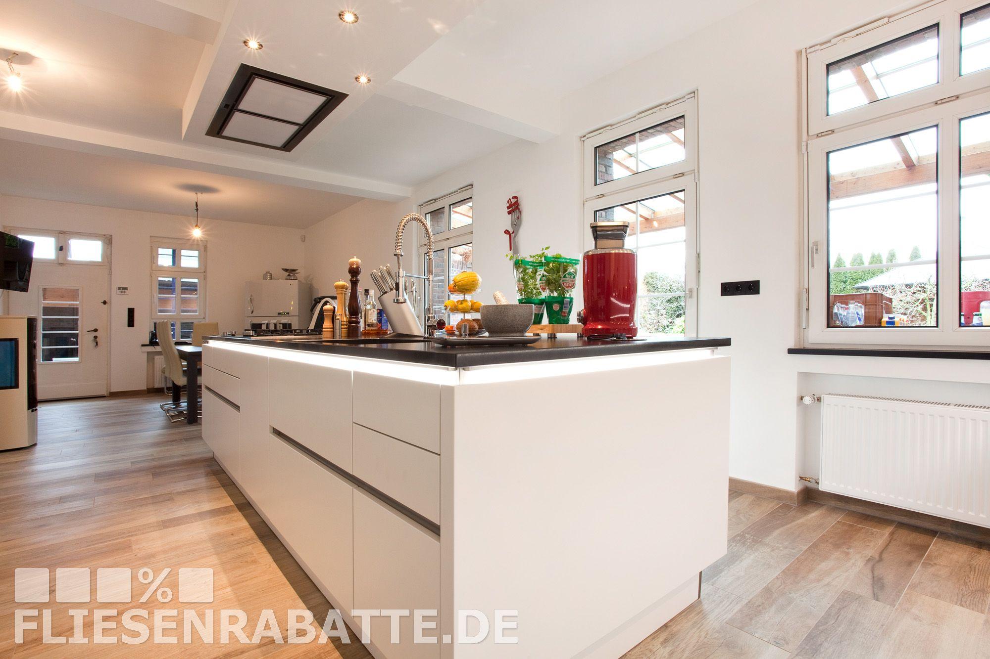 Weiße Luxus Küche. Fußbodenfliesen Kronos Ceramiche Woodside OAK ...