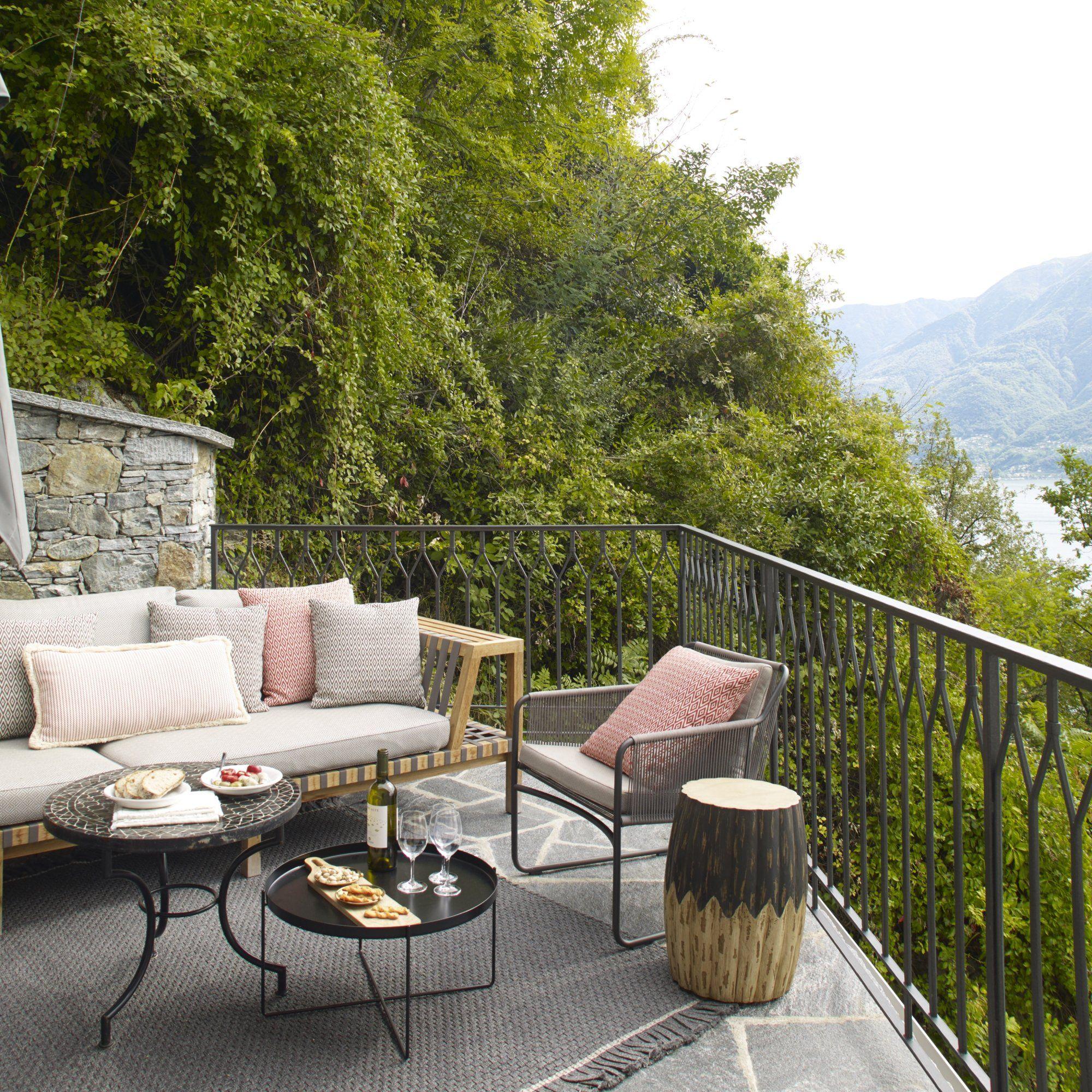 Une terrasse de rêve avec une petite banquette et des ...