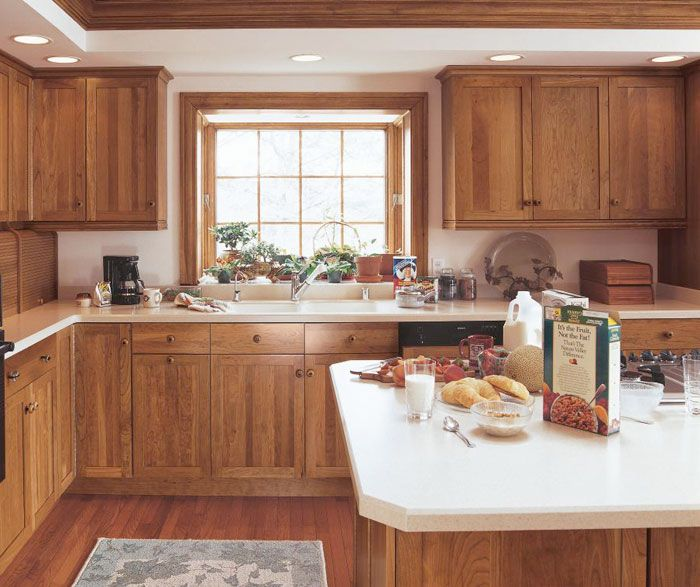 The Smooth Simplicity Of Cherry Shaker Cabinets Shows Off Woodgrain S Natural Variations Imbued With Extra Warmth By Nutmeg Finish