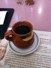Este es el café de olla en un restaurante en México. Muchas personas bebien el café en ollas de barro hechas a mano. En el café, hay canela, piloncillo y panela.