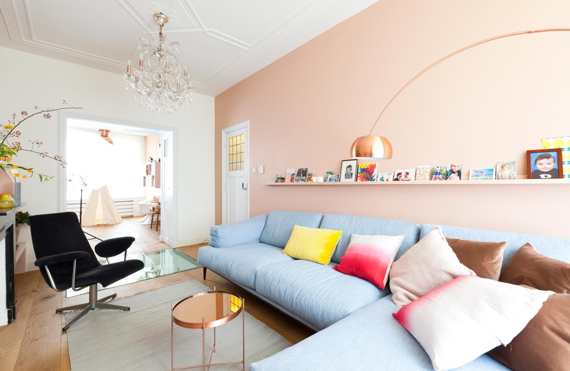 Pastel interieur vt wonen op de muur achter de bank kleur vla