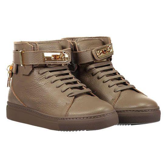 STOKTON Ledersneaker mit markanter Schließe ► Die Sneakers von STOKTON sind modisch ein echtes Highlight. Dank weichem Fußbett aus Leder versprechen die Schuhe angenehmen Tragekomfort. Ein besonderer Hingucker ist die markante Schließe auf der Schuhvorderseite, welche dem Model eine extravagante Note verleiht. Vielseitig kombinierbar wird das Stück zum trendigen Eyecatcher in Ihren sportiven Looks.