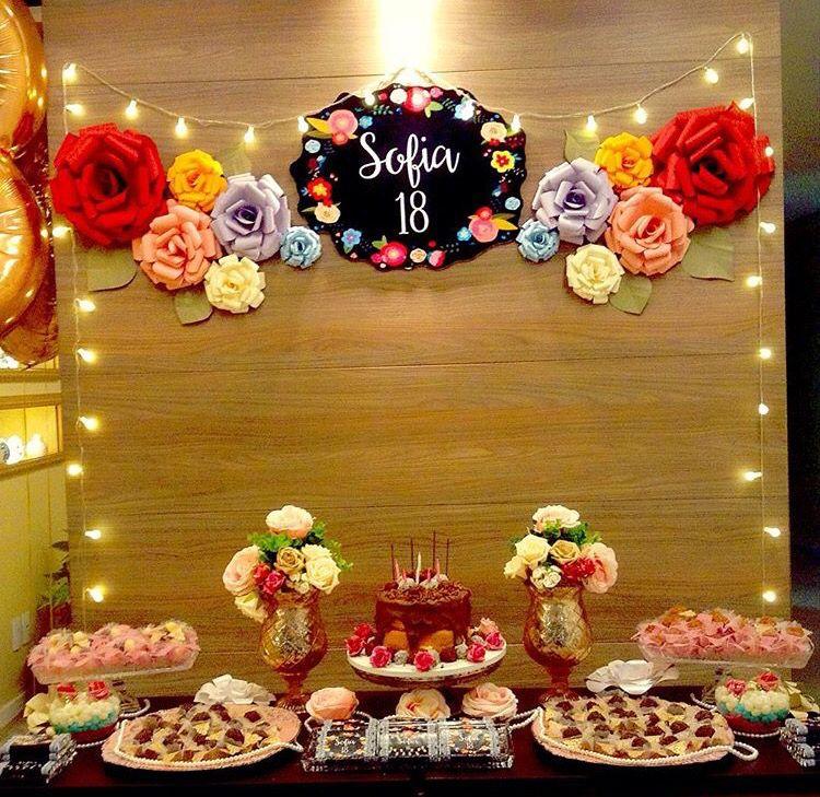 Festa flores de papel com luzinhas!! Simples e lindo! Decoraç u00e3o Festa! Festa simples  -> Decoração De Flores De Papel Para Aniversario