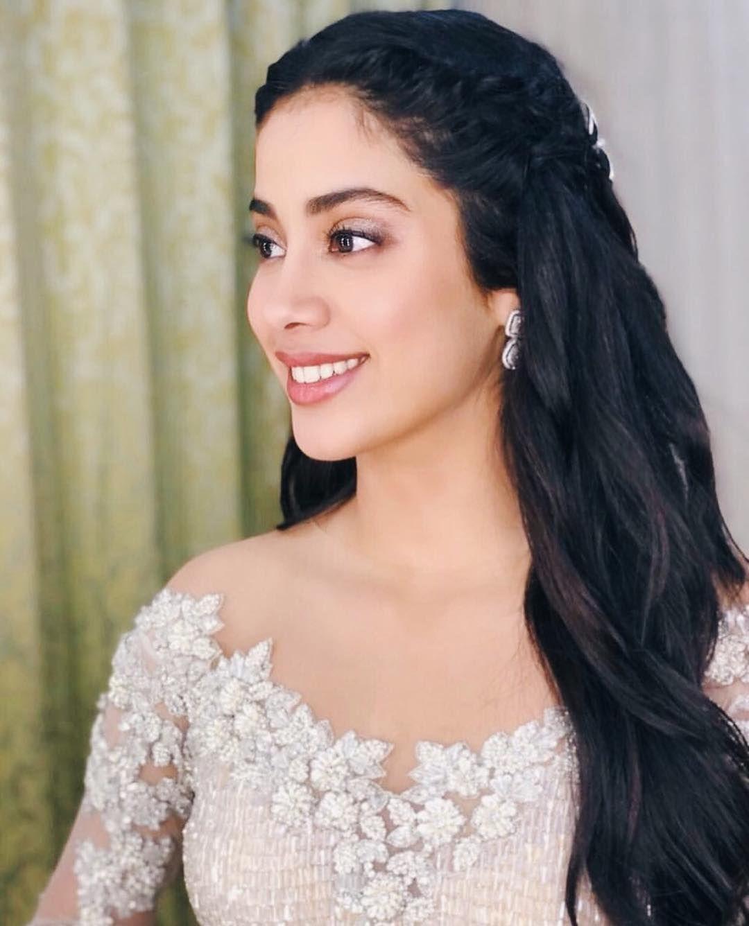 jannu looks so stunning💛 | @janhvikapoor #janhvikapoor #bollywood | |  Beautiful bollywood actress, Teenage hairstyles, Bollywood celebrities
