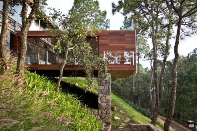 Modernes holzhaus am hang  modernes haus am hang ema architekten mexiko naturstein säulen ...