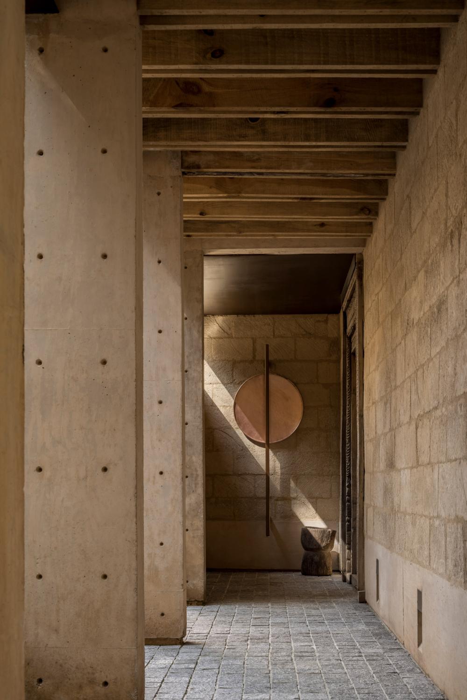 Mud Brick Walls Form House In Avandaro By Taller Hector Barroso In 2020 Brick Wall Vernacular Building Brick