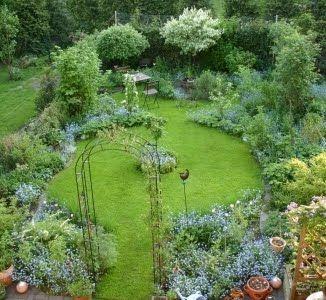 Ein Etwa 70qm Grosser Reihenhausgarten Das Klassische Handtuch Oder Besser Gastehandtuch Als Wir Ihn Ubernahmen Sah Garten Kleiner Garten Garten Gestalten